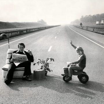 Oliecrisis: Vader bivakkeert met zoontje op een lege snelweg, tijdens autoloze zondag 1973.  Foto: Spaarnestad Photo/Hollandse Hoogte